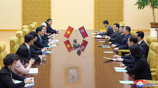 Hai ngoại trưởng Bắc Triều Tiên Ri Yong Ho (thứ tư bên phải) và Việt Nam Phạm Bình Minh (thứ 5 bên trái) hội đàm tại Bình Nhưỡng (Bắc Triều Tiên) ngày 13/02/2019. Ảnh KCNA cung cấp cho REUTERS