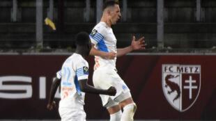 L'attaquant polonais de Marseille, Arkadiusz Milik (d), fête son but lors du match de Ligue 1 sur le terrain de Metz, le 23 mai 2021