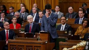 加拿大总理特鲁多在国会向受迫害的同性恋以及变性恋者表示道歉,2017年11月28日。