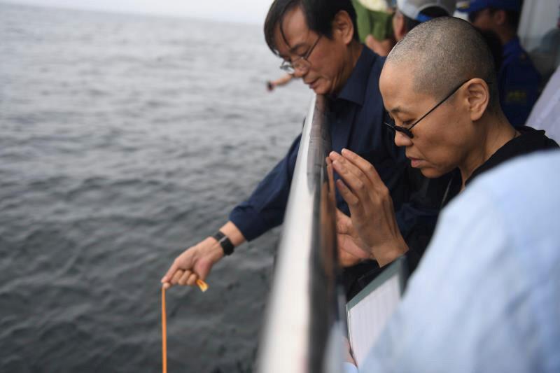 中国官方发布的刘晓波妻子刘霞见证其骨灰被海葬的资料图片