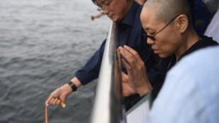 2017年7月15日中国官方公布的刘晓波海葬现场照片。右一为刘霞