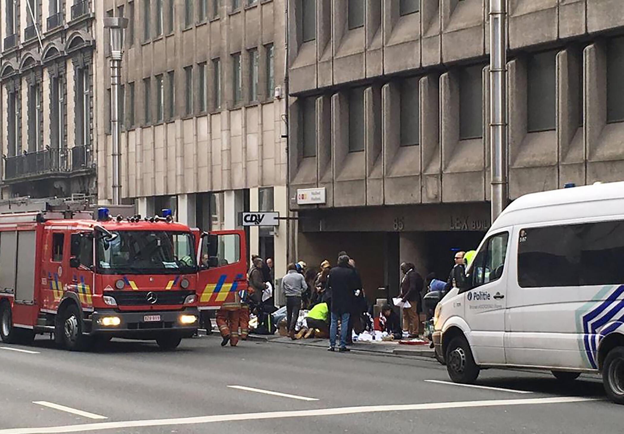 Les secours présents sur le site de l'explosion survenue dans le métro à la station de Maelbeek, à Bruxelles, le 22 mars 2016.