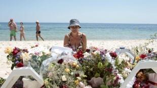 Turistas homenageia vítimas no local da tragédia, em Soussa.