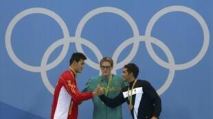 2016年8月6日中国选手孙杨在男子400米自由泳比赛中获得银牌,与金牌得主澳大利亚选手霍顿(中)和铜牌得主意大利选手在领奖台上。