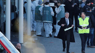 Le procureur de Paris François Molins (à droite, en noir) sur les lieux de la prises d'otages à Trèbes, le 23 mars 2018.