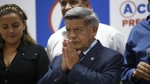 César Acuña durante una conferencia de prensa después de la exclusión de su candidatura presidencial, este 9 de marzo de 2016 en Lima, Perú.