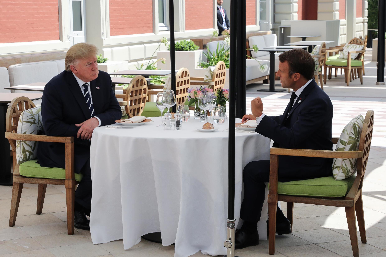 Rais wa Marekani  Donald Trump (Kulia) akiwa na rais wa Ufaransa  Emmanuel Macron (Kushito) wakiwa mjini  Biarritz, nchini Ufaransa wanakohudhuria mkutano wa G 7 Agosti 24, 2019.