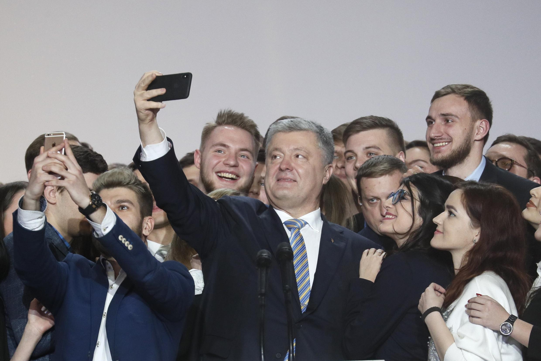 Петр Порошенко со своими сторонниками после объявления об участии в президентских выборах 2019 года