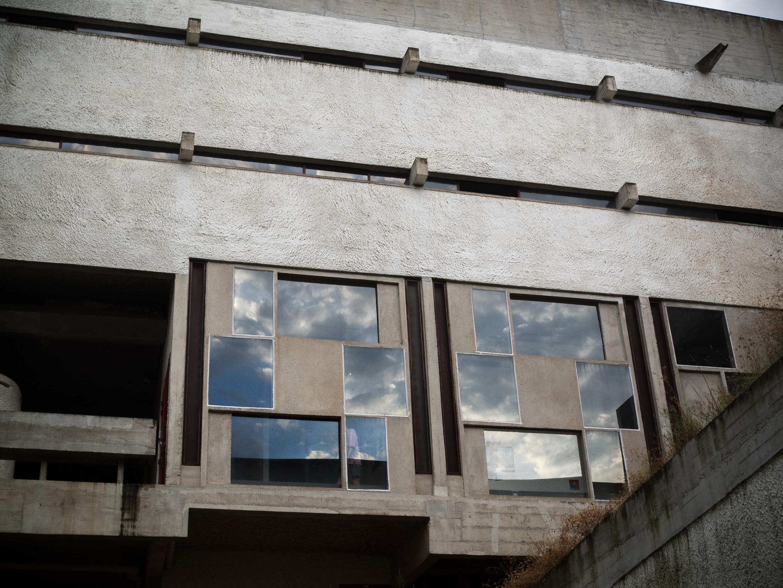 Reflets dans les fenètres pensées par Iannis Xenakis.
