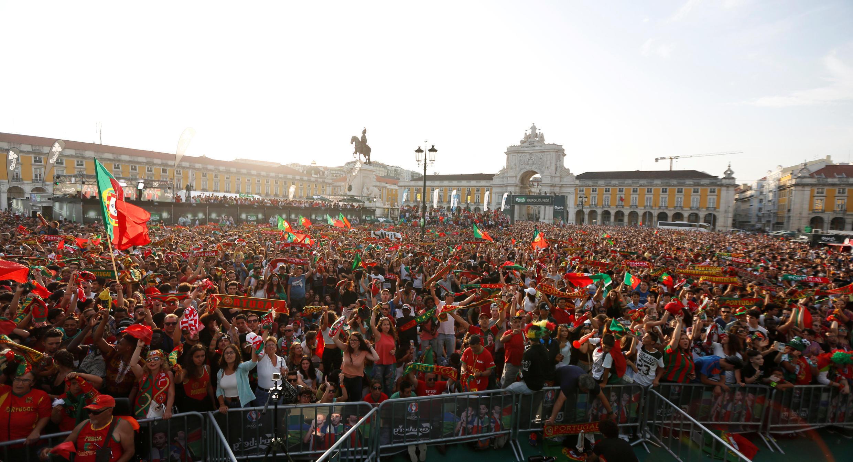 Milhares de portugueses comemoraram com euforia nas ruas de Lisboa a vitória de Portugal na Euro 2016.