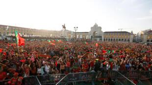 Dans les rues de Lisbonne, des milliers de Portugais ont célébré leur victoire dans l'euphorie, le 11 juillet 2016.