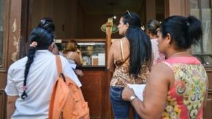 Gente espera en una oficina de correo en La Habana, este 11 de diciembre de 2015.