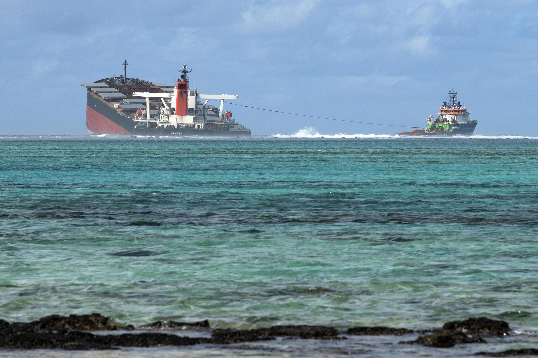"""El barco petrolero """"MV Wakashio"""", encallado en un arrecife de la isla Mauricio, el 15 de agosto de 2020"""