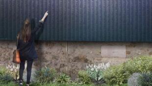 Painel em homenagem aos 94.415 combatentes parisienses mortos durante a Primeira Guerra Mundial instalado em muro do Cemitério Père Lachaise.
