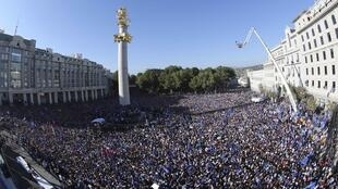 Cuộc biểu tình của những người ủng hộ đảng Giấc mơ Gruzia, phần lớn mang áo màu xanh da trời, trung tâm thủ đô Tbilissi, ngày 29/09/2012.