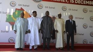 De gauche à droite : les présidents malien Ibrahim Boubacar Keïta, nigérien Mahamadou Issoufou, burkinabè Roch Marc Christian Kaboré, tchadien Idiss Déby et mauritanien Mohamed Ould Cheikh Mohamed Ahmed Ould Ghazouani, le 15 décembre 2019 à Niamey.