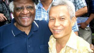 Sombath Somphone (d.) en compagnie de l'archevêque sud-africain Desmund Tutu en 2006.