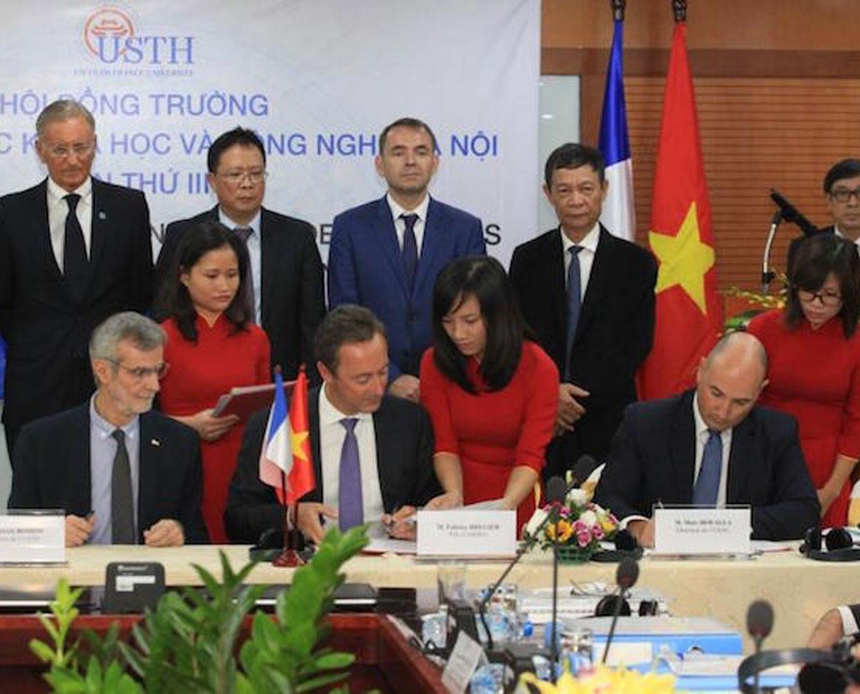 Lễ ký kết thành lập chương trình đào tạo thạc sĩ ngành an toàn hàng không giữa Vietnam Airlines, ENAC, Airbus và đại học USTH, ngày 05/09/2016, tại Hà Nội.
