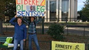 Мишель Ельчанинофф (слева) перед российским посольством в Париже, 19 сентября 2018 года
