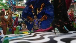 Participantes en la  escuela de samba del barrio popular de Mangueira, Río de Janeiro, preparan lujosos trajes de carnaval, el 11 de febrero de 2015.