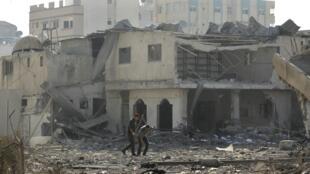 Soldados diante de prédios do Hamas destruídos pelos ataques israelenses.
