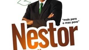 Cartaz de campanha de Nestor Umbelina, candidato do Movimento Verde para o Desenvolvimento do Príncipe à chefia do governo local.