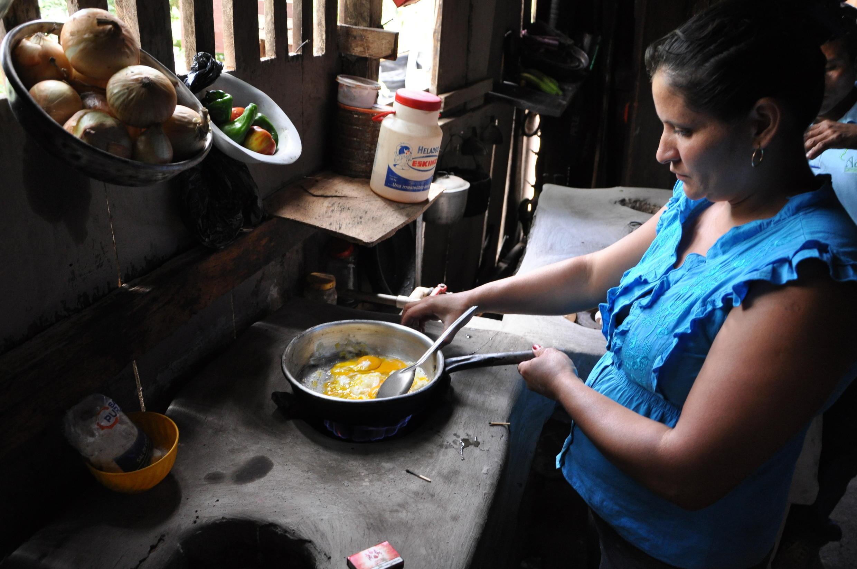 Una mujer cocina con biogas, gracias a un proyecto desarrollado por UTZ en América Central.