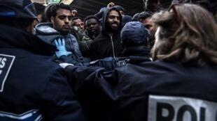 L'évacuation de migrants, porte de la Chapelle dans le nord de Paris, a eu lieu dans un climat tendu, le 4 avril 2019.
