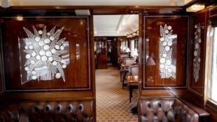 Вагон-ресторан легендарного Восточного экспресса, выставленный по случаю Дней наследия на Лионском вокзале в Париже