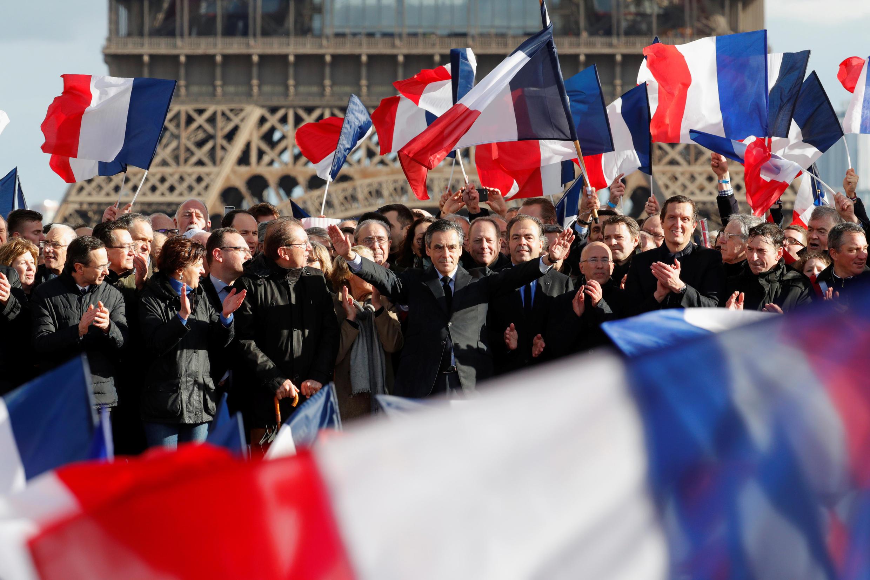 François Fillon, ứng cử viên đảng Những Người Cộng Hòa trong cuộc tập hợp ủng hộ ông ở quảng trường Trocadero, Paris, Pháp, ngày 05/073/2017.