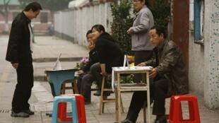 Migrantes chineses enviaram para o país  57 bilhões de dólares em 2011, de acordo com o relatório do Banco Mundial.