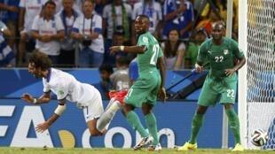 Faute de Giovanni Sio sur Giorgios Samaras. On joue les arrêts de jeu et l'arbitre accorde un penalty aux Grecs.