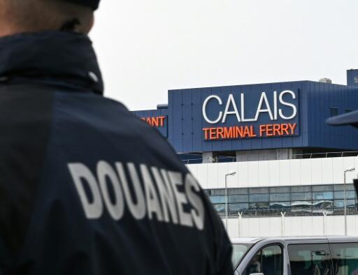 Aduaneros franceses vigilan la terminal de ferrys de Calais, norte de Francia, el 31 de enero de 2020, el día del Brexit y 43 meses después de que el país votó en junio de 2016 en referéndum a favor de la salida de la Unión Europea, poniendo fin a 47 años de pertenencia al club comunitario