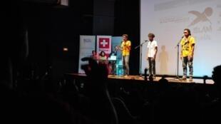 Participants, organisateurs et public célèbrent la fin de cette 10e édition du concours Slam National, sur la scène de l'Institut français de Madagascar.