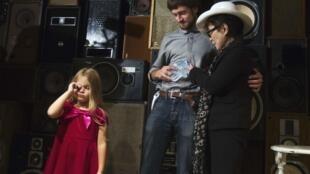 Петр Верзилов с дочерью Герой принимает премию Леннон-Оно из рук Йоко Оно в Нью-Йорке 21/09/2012