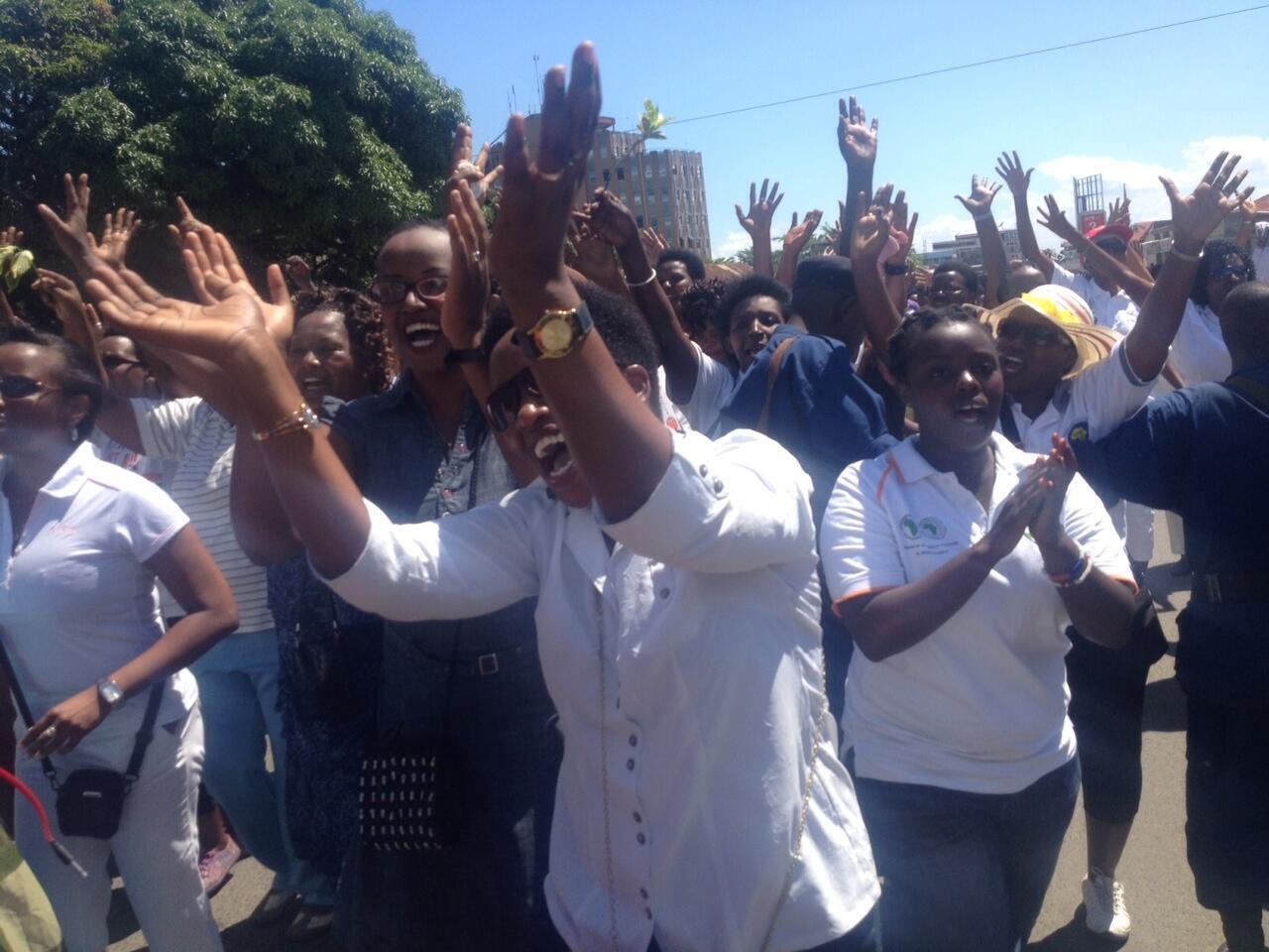 Environ 200 femmes ont réussi à manifester dans le centre-ville de Bujumbura ce dimanche 10 mai 2015.