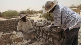 Une corporation de maçons maliens s'est chargée de reconstruire les mausolées de Tombouctou, classés au patrimoine mondial de l'Unesco