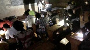 PHOTO Dépouillement Centrafrique à la lampe torche
