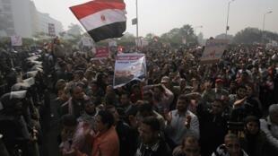 Manifestación de los partidarios de Mursi ante la Corte Constitucional, en el sur de El Cairo, este 2 de diciembre de 2012.