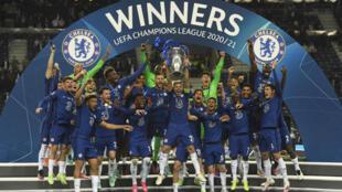 Los futbolistas del Chelsea celebran la obtención de Liga de Campeones luego de vencer en la final al Manchester City, el 29 de mayo de 2021 en Oporto