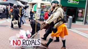 Les Irlandais protestent à leur manière contre la venue de la reine Elizabeth II dans les rue de Dublin, ce lundi 16 mai 2011.