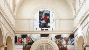 """Detalle de la """"Puerta de la Paz"""" de Josep Grau-Garriga."""
