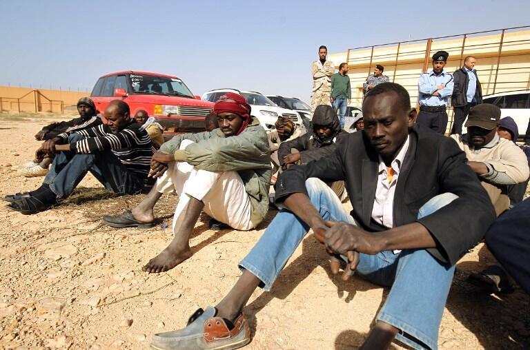 Des migrants dans un centre de détention en Libye, le 2 décembre 2017.