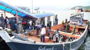 Lao động nhập cư rời Thái Lan bằng tầu, ngày 03/07/2017.