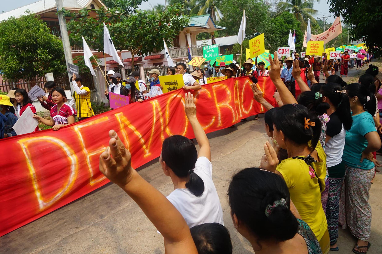 Manifestación el 1 de abril de 2021 en Win Yay, en el estado de Karen, Birmania, contra el golpe de Estado. Imagen transmitida a la AFP el 2 de abril por el Centro de Información Karen