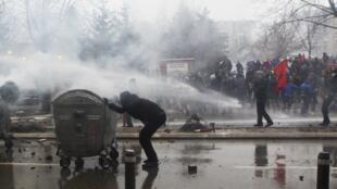 La police a utilisé des canons à eau pour disperser les manifestants à Pristina, le 27 janvier 2015.