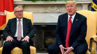 Shugaban Amurka Donald Trump da shugaban hukumar kungiyar Tarayyar Turai yayin tattaunawarsu da ta kai ga janye wasu rigingimun kasuwanci da ke tsakanin Amurka da kungiyar.