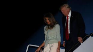 Le président Donald Trump et son épouse à leur descente de l'avion, après une tournée internationale, le 27 mai 2017.