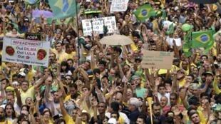 Manifestantes protestam contra o governo Dilma.