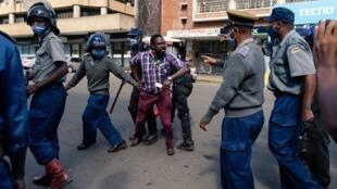 Katibu mkuu wa chama cha upinzani cha MDC-Alliance anashikiliwa na polisi katika makao makuu ya chama huko Harare mnamo Juni 5, 2020.